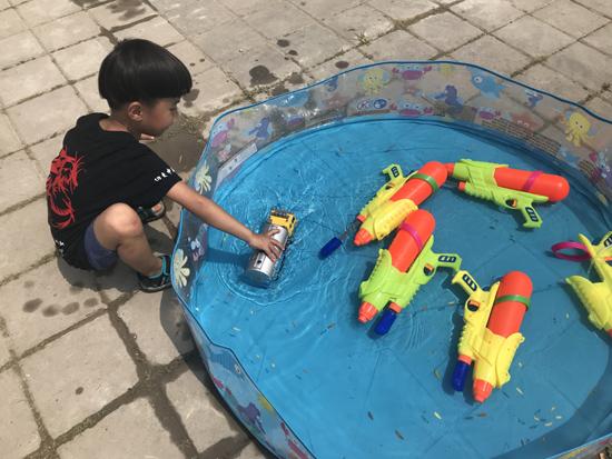 在孩子眼里,汽车是可以行进在水面的