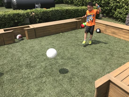 """正在玩""""潘卡足球""""的孩子"""