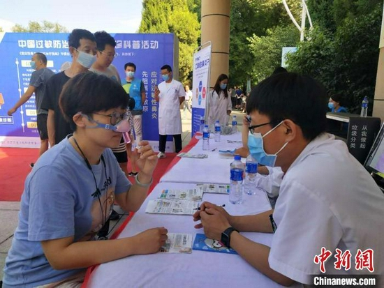 患者向醫生咨詢鼻炎防治知識。 張林虎 攝