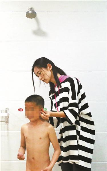 每天洗澡的时候,任威老师都会逐个检查, 看看谁不认真, 可更多的时候是这些孩子排队等老师给洗