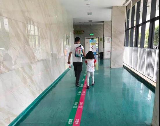 孩子们接受医院检查后陆续回家。