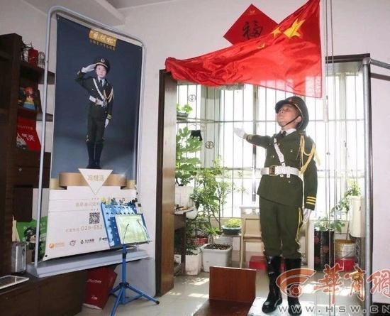 10岁男孩每天6点在家升国旗
