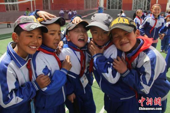 资料图:青海海南藏族自治州一民族寄宿小学内,学生正在课间休息玩耍。中新社发 郭雪媛 摄