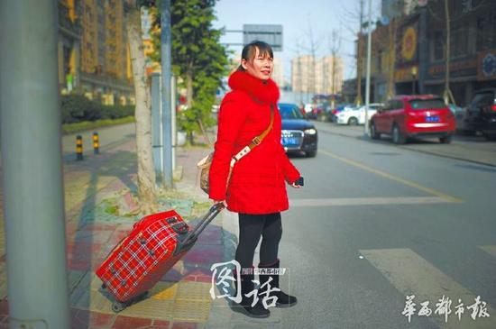 结束了一个月的月嫂工作,曹姐拖着行李箱回家。但老公、女儿都在外打工,曹姐也始终无法安定下来。