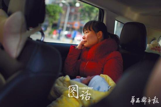 当初去雇主家途中,曹姐望着车窗外似有所思。每次去到一个新家庭,都是一段新旅程的开始。生活习惯,交流方式,曹姐都需要慢慢磨合。