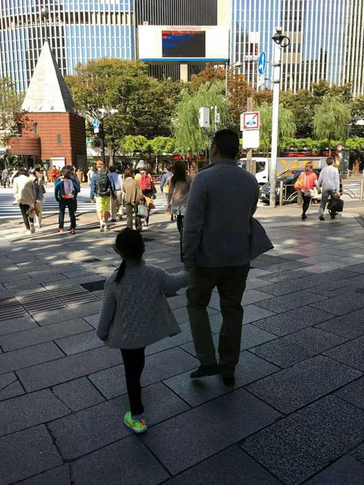 赵薇老公与女儿背影照