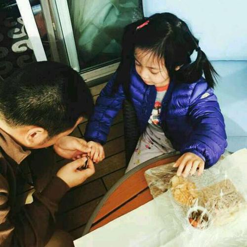 黄有龙为女儿剪指甲