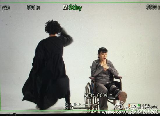 黄兆函坐轮椅开工