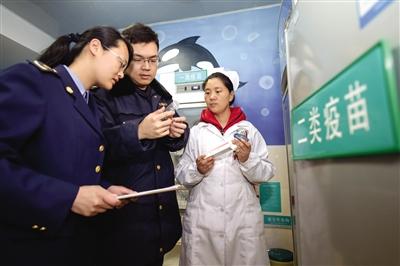 24日,合肥市南七市场监督管理所工作人员在辖区卫生服务中心检查库存疫苗有效期。新华社记者 张端 摄
