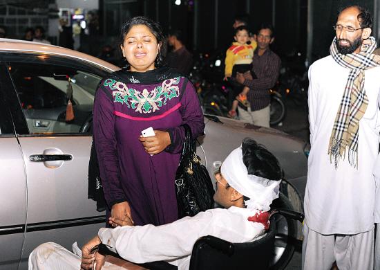 27日,在巴基斯坦东部城市拉合尔,一名恐袭事件伤者的亲属在医院外哭泣