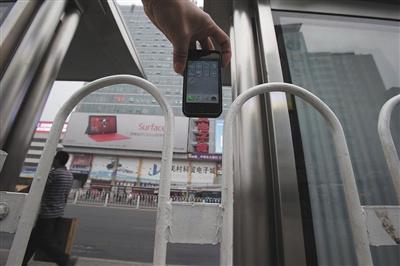 2013年10月,中关村南公交站台,护栏间隙比苹果手机略宽一些。此前,北京一女子脖颈被卡在此处。资料图片 新京报记者 王嘉宁 摄