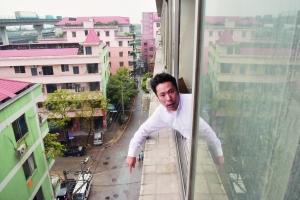 王先生来到6楼窗口,他不相信身高只有1.4米的方圆是坠亡的。