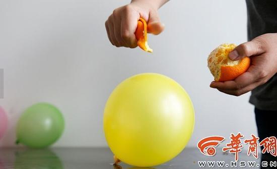 4岁男童拍打一只用于商业庆典的氢气球,氢气球发生爆炸,导致男童和另一名两岁的女童烧伤。昨日,华商报A04版报道的这起发生在西安市丰禾路太奥广场附近的事件,令不少家长感到揪心。