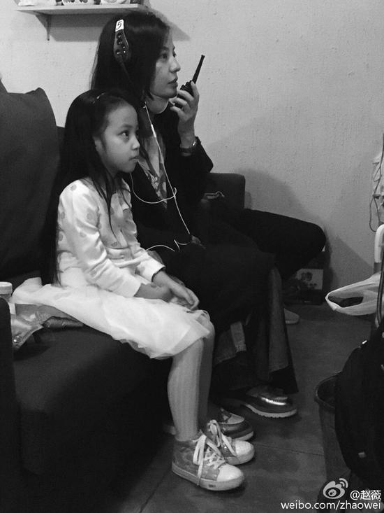 赵薇与女儿合照
