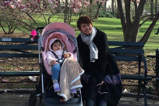 上个月梁咏琪带1岁女儿出门赏花