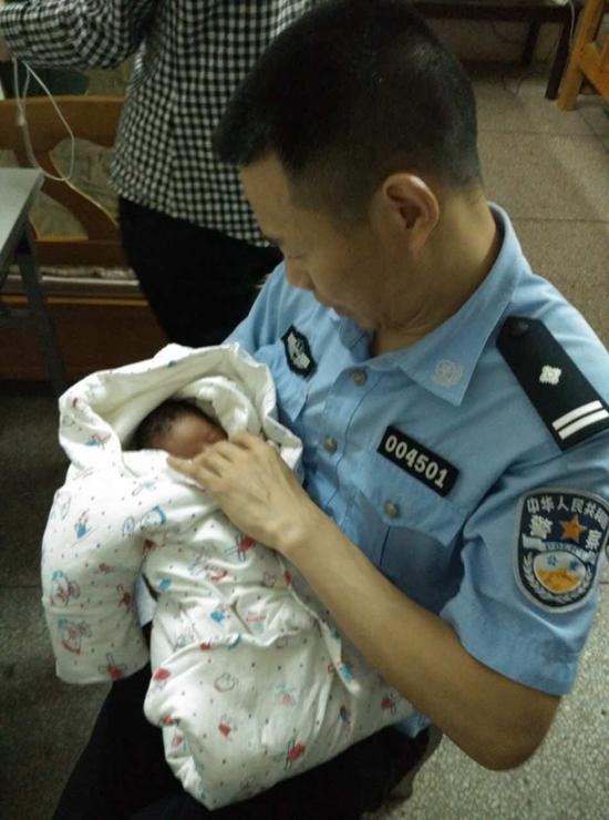 民警悉心照顾女婴。