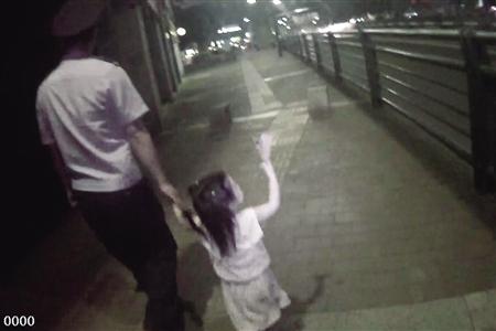 民警带小女孩找家长 渝北警方供图