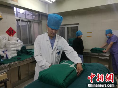 北京大学人民医院供应室护士长闫升荣 张尼摄