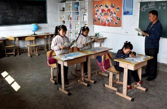 20年来,西辿小学走出70多名学生,到山下的寄宿制学校继续上学。学生走了一批又一批,原子朝始终坚守在大山深处的西辿小学, 每天除了轮流给孩子们上语文、数学、体育等课外,原子朝还要负责孩子们的接送,定期对孩子进行家访。