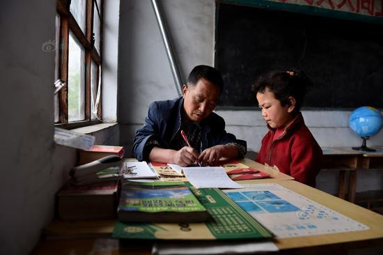 今年60岁的原子朝是这所小学唯一的老师,再过不到两个月他就要结束40年的执教生涯,光荣退休。原子朝1975年12月开始教师生涯,先后在太行山下的多所山村小学任教。