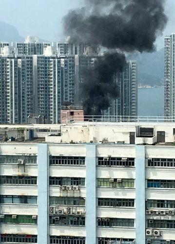 图:石排湾道顶楼加盖屋火警现场冒出浓烟。来源:香港《大公报》