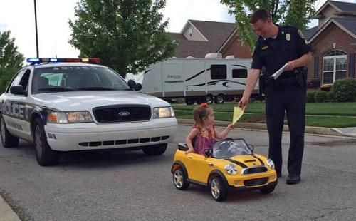警察给小女孩开罚单