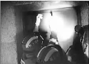 消防官兵赶到现场,打开电梯门救出孩子 本组图片 消防供图