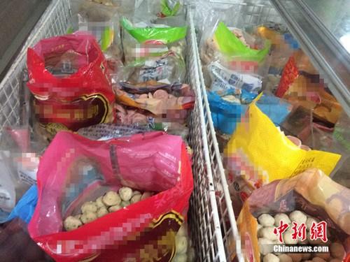 5月16日,北京市某批发市场,麻辣烫食材的包装袋都未封口。中新网 邱宇 摄