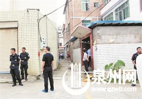 事发地位于巷内一栋3层民房的一楼,案发后警方在巷口拉起警戒线