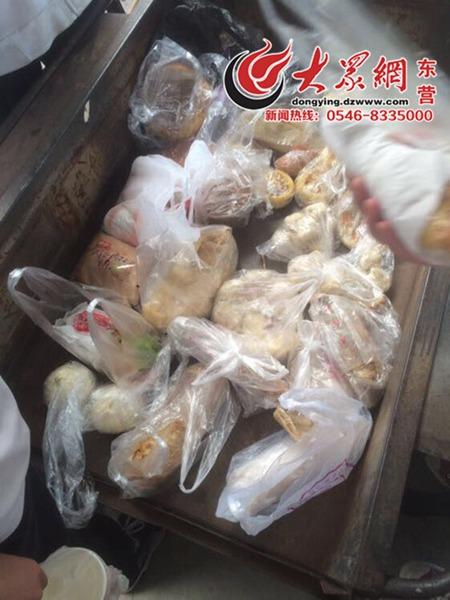 网曝东营一中学没收学生外带早餐 扔垃圾车上