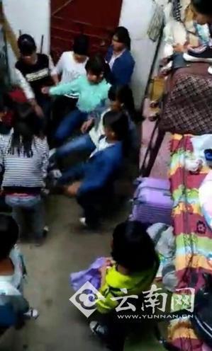 多名女生正在施暴。视频截图