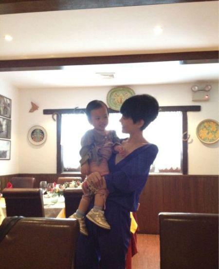 王菲怀抱小四月