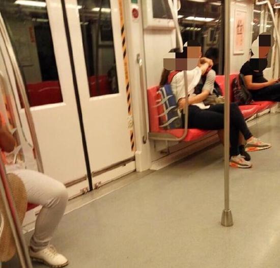 情侣地铁激吻全程 孩子发问怎回答