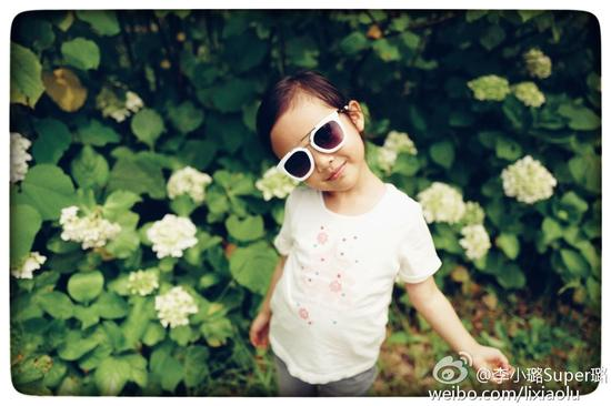 李小璐晒甜馨美照祝儿童节快乐