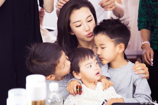 李冰冰和外甥外甥女们合照