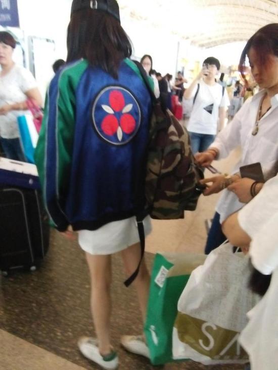 杨幂现身宁波机场