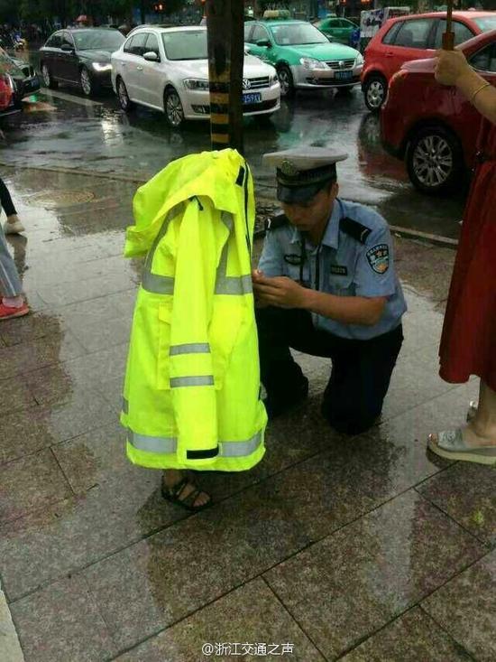 一件警用雨衣,只露出一双小脚丫