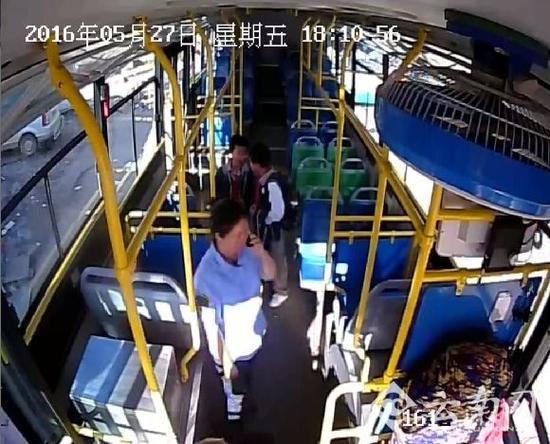公交司机发现座椅被破坏后立即报警
