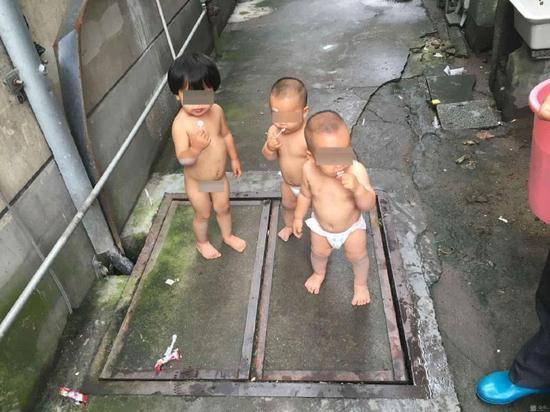 """三个小孩子光脚光身子在杭州建德乾谭镇上闲逛,最大的姐姐""""一丝不挂"""",两个小的穿着尿不湿摇啊摇,摆啊摆,肉嘟嘟的……最大的姐姐今年2年,另两个小的是龙凤双胞胎,他们悄悄地从家里溜出来,走出门,走上街,他们是太渴望诗和远方了,他们正想着""""离家出走""""呢。"""