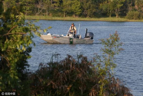 悲剧发生后当地警方开始在湖内搜寻被拖走的幼童,最终于15日在距离岸边10米左右的水中发现已经死亡的幼童遗体。供图:视觉中国
