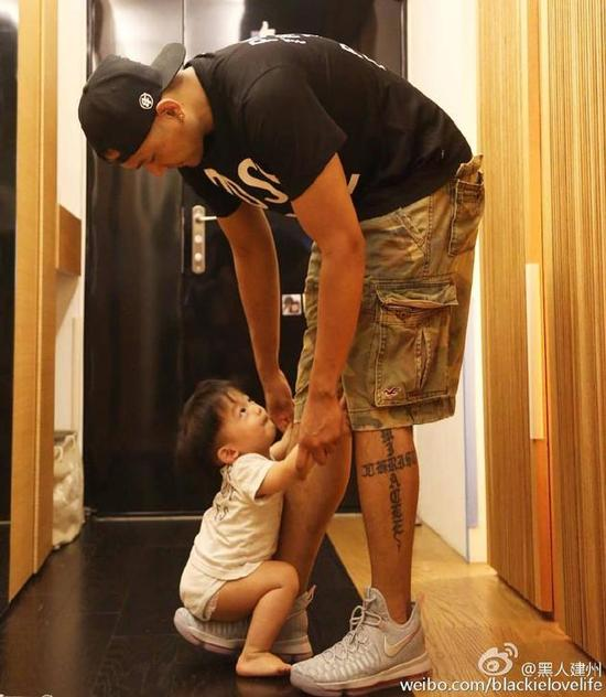 儿子抱紧黑人大腿求爸爸不要走