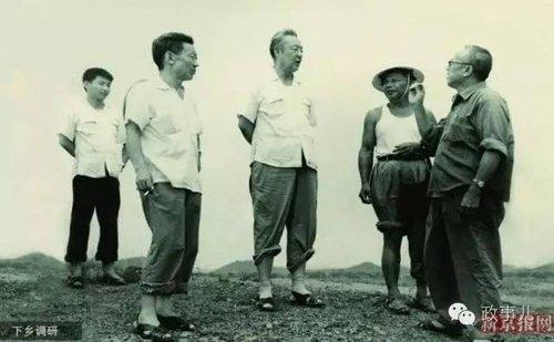 1978年习仲勋(左三)在农村调研,尚在读书的习近平(左一)利用暑假时间陪同