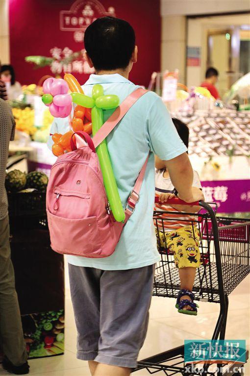 两父子一起逛商场。