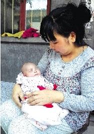 孩子在妈妈的呵护下一天天成长