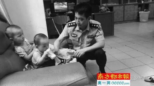 两幼童在派出所受到警察叔叔照顾。图片由警方提供