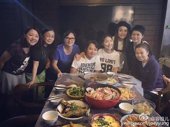 王祖蓝的妹妹(左一)妈妈(左三)和他长一样