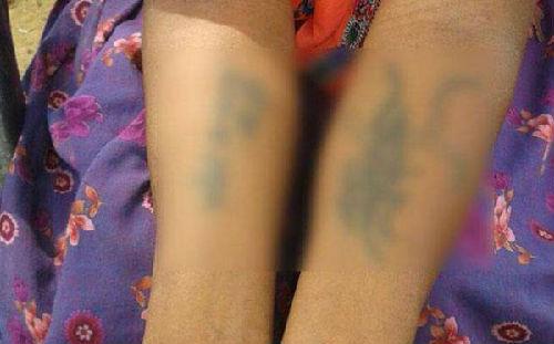 夫家人在她身体多处刺上不雅字眼。(图片来源:台湾ETtoday东森新闻云网站)