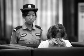 7月1日,长沙县法院回龙审判庭,被告人吴敏(化名)流下悔恨的眼泪
