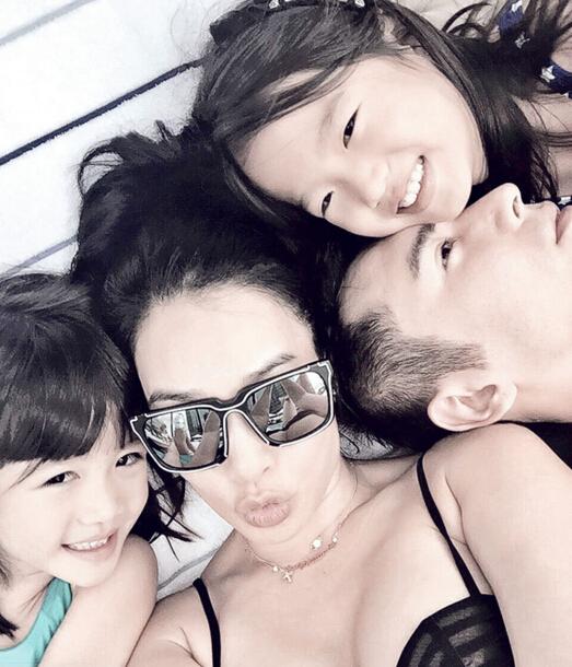 钟丽缇与未婚夫张伦硕和2个女儿躺着玩自拍