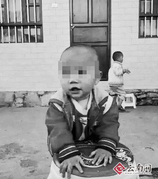 2岁男童横尸邻家柜子 脸上嘴边青一块紫一块